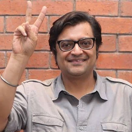 Arnab Goswami showing victory Sign